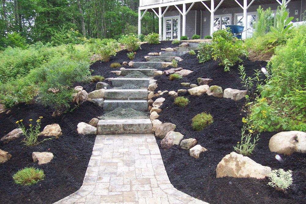 2013_11_progress_patio_in_lower_area_Here_the_blue_Hardpack_is_being_finished_in_the_landings_between_the_granite_steps-min
