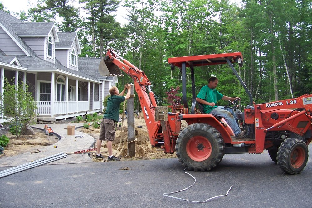 2013_2_progress_at_view_of_front_Here_one_of_the_granite_lamp_posts_is_being_installed_1-min